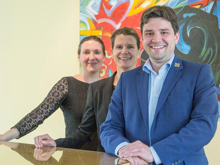 Philipp Schneider mit Hotelberatern Lisa Boje und Marina Hobli