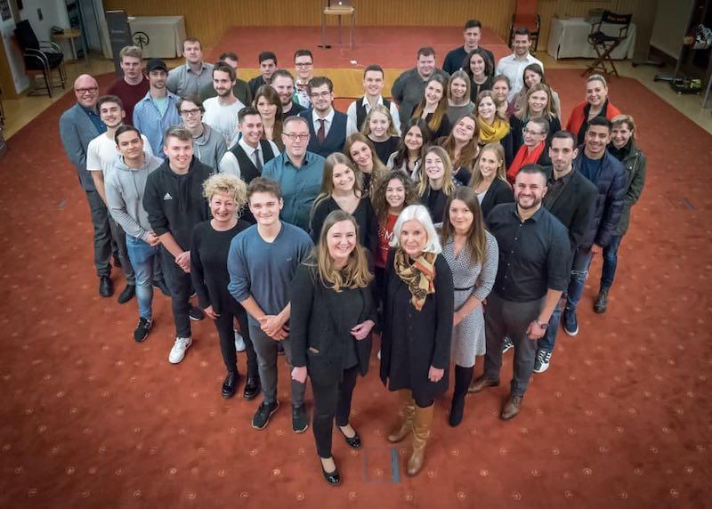Team vom Schindlerhof posiert stellt sich zusammen zu einem Herzen