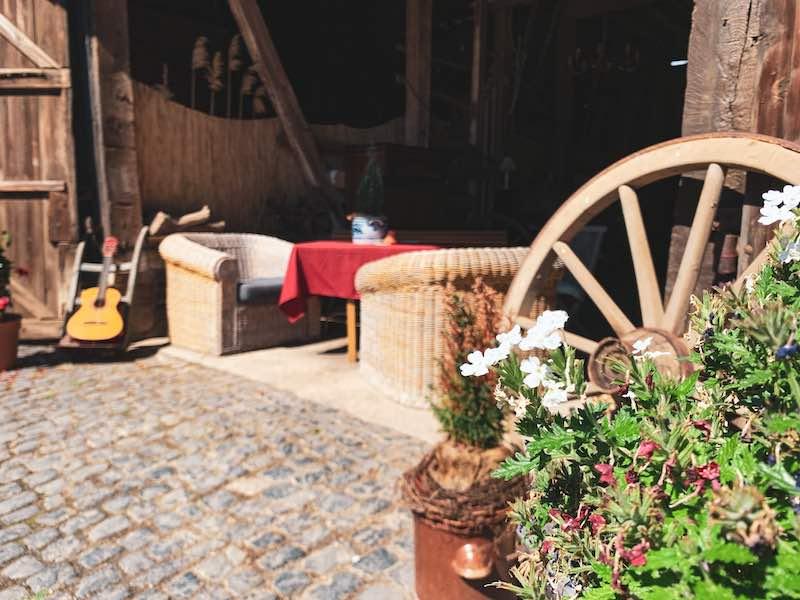 Innenhof mit Tisch und Pflanzen